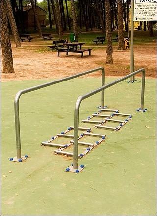 Plac zabaw Ścieżka z poręczami i drabinką PLAY-PARK